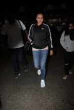 Sonakshi Sinha snapped at airport on 16th Nov 2016 (17)_582d5ece024db.JPG