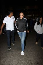 Sonakshi Sinha snapped at airport on 16th Nov 2016 (21)_582d5ed0a4bd4.JPG