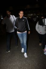 Sonakshi Sinha snapped at airport on 16th Nov 2016 (24)_582d5ed2790af.JPG