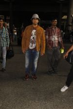 Sonu Nigam snapped at airport on 16th Nov 2016 (24)_582d5c6a0c2e7.JPG