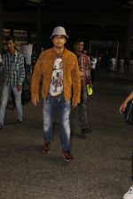 Sonu Nigam snapped at airport on 16th Nov 2016 (25)_582d5c6ad8416.JPG