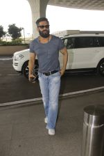 Sunil Shetty snapped at airport on 16th Nov 2016 (14)_582d5c7a80a25.JPG