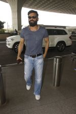 Sunil Shetty snapped at airport on 16th Nov 2016 (11)_582d5c783d7a1.JPG