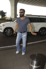 Sunil Shetty snapped at airport on 16th Nov 2016 (12)_582d5c78cc575.JPG