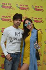 Himesh Reshammiya and Alankrita Sahai at Mirchi 98.3 studio on 17th Nov 2016 (4)_582eadcbcb985.JPG
