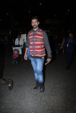 Kunal Kapoor snapped at airport on 17th Nov 2016 (14)_582ea4e8cc8ff.JPG