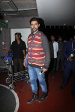 Kunal Kapoor snapped at airport on 17th Nov 2016 (16)_582ea4ea2ac38.JPG