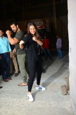 Sonakshi Sinha, John Abraham at Force 2 photo shoot in Mumbai on 17th Nov 2016 (12)_582e952b58e01.jpg