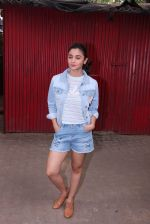 Alia Bhatt snapped in Mumbai on 18th Nov 2016 (8)_58306636e5145.JPG
