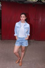 Alia Bhatt snapped in Mumbai on 18th Nov 2016 (9)_58306637811a5.JPG