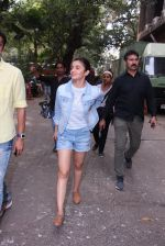 Alia Bhatt snapped in Mumbai on 18th Nov 2016 (24)_58306640d0b61.JPG