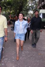 Alia Bhatt snapped in Mumbai on 18th Nov 2016 (25)_58306641766e8.JPG