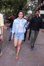 Alia Bhatt snapped in Mumbai on 18th Nov 2016 (27)_58306642e787f.JPG