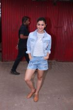 Alia Bhatt snapped in Mumbai on 18th Nov 2016 (6)_58306635ad54b.JPG