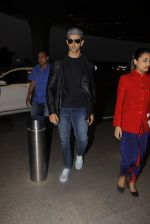 Hrithik Roshan snapped at airport on 20th Nov 2016 (11)_5832a3f7987d2.JPG