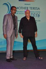 Mahesh Bhatt graces Mother Teresa Memorial International Awards on 20th Nov 2016 (16)_5832a50e09daf.JPG