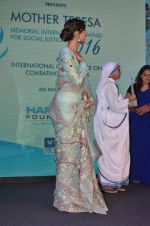 Sonam Kapoor graces Mother Teresa Memorial International Awards on 20th Nov 2016 (19)_5832a538ceb0f.JPG