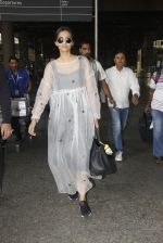 Sonam Kapoor snapped at airport on 19th Nov 2016 (20)_58329d139bed6.JPG