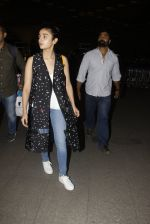 Alia Bhatt snapped at airport on 21st Nov 2016 (68)_5833eb6ab29d4.JPG