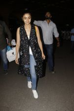 Alia Bhatt snapped at airport on 21st Nov 2016 (70)_5833eb6d02e40.JPG