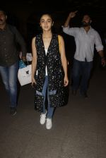 Alia Bhatt snapped at airport on 21st Nov 2016 (72)_5833eb6ee50ec.JPG
