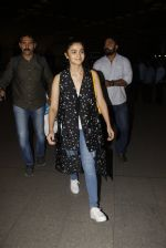 Alia Bhatt snapped at airport on 21st Nov 2016 (73)_5833eb6fa93bc.JPG