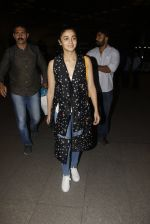 Alia Bhatt snapped at airport on 21st Nov 2016 (74)_5833eb706d43c.JPG