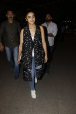 Alia Bhatt snapped at airport on 21st Nov 2016 (75)_5833eb7133e40.JPG