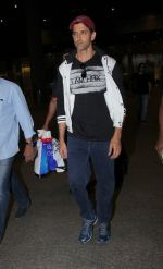 Hrithik Roshan snapped at airport  on 21st Nov 2016 (4)_5833ec1e8d9ee.JPG