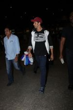 Hrithik Roshan snapped at airport  on 21st Nov 2016 (5)_5833ec1f36268.JPG
