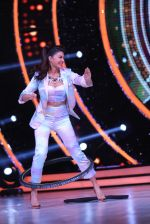 Jacqueline Fernandez showing off her hula hoop skills with a tyre on the sets of Jhalak Dikhhla Jaa (5)_5833e552d259b.JPG