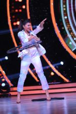 Jacqueline Fernandez showing off her hula hoop skills with a tyre on the sets of Jhalak Dikhhla Jaa (1)_5833e54e5a6cb.JPG