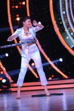 Jacqueline Fernandez showing off her hula hoop skills with a tyre on the sets of Jhalak Dikhhla Jaa (2)_5833e54fe685e.JPG
