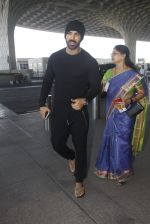 John Abraham snapped at airport on 21st Nov 2016 (14)_5833eb8c4398f.JPG