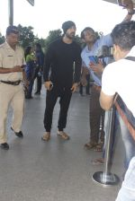 John Abraham snapped at airport on 21st Nov 2016 (15)_5833eb8d05329.JPG