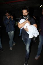 Shahid Kapoor snapped on 22nd Nov 2016 (15)_58353b1e18729.JPG
