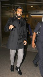 Ranveer Singh snapped at airport on 23rd Nov 2016 (16)_5836be7ccde56.JPG