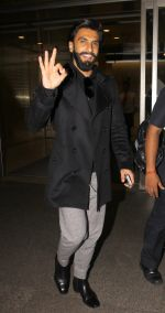 Ranveer Singh snapped at airport on 23rd Nov 2016 (17)_5836be7d74214.JPG