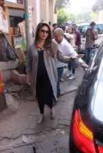 Kareena Kapoor snapped post lunch on 24th Nov 2016 (71)_583847f28a40d.JPG