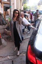 Kareena Kapoor snapped post lunch on 24th Nov 2016 (72)_583847f320272.JPG