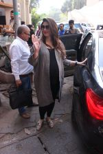 Kareena Kapoor snapped post lunch on 24th Nov 2016 (79)_583847f711a00.JPG