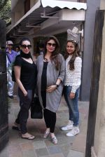 Kareena Kapoor, Karisma Kapoor and Amrita Arora snapped post lunch on 24th Nov 2016 (37)_58384828d6778.JPG