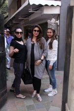 Kareena Kapoor, Karisma Kapoor and Amrita Arora snapped post lunch on 24th Nov 2016 (40)_58384829c7059.JPG