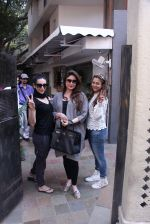 Kareena Kapoor, Karisma Kapoor and Amrita Arora snapped post lunch on 24th Nov 2016 (43)_5838482a69e6d.JPG