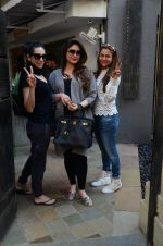 Kareena Kapoor, Karisma Kapoor and Amrita Arora snapped post lunch on 24th Nov 2016 (10)_583847f82b447.JPG