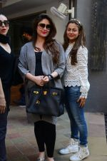 Kareena Kapoor, Karisma Kapoor and Amrita Arora snapped post lunch on 24th Nov 2016 (14)_5838486dd0632.JPG