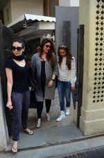 Kareena Kapoor, Karisma Kapoor and Amrita Arora snapped post lunch on 24th Nov 2016 (17)_5838486e66a29.JPG