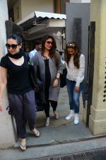 Kareena Kapoor, Karisma Kapoor and Amrita Arora snapped post lunch on 24th Nov 2016 (18)_583847f951502.JPG