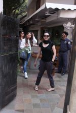 Kareena Kapoor, Karisma Kapoor and Amrita Arora snapped post lunch on 24th Nov 2016 (27)_58384825ea19d.JPG