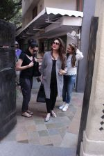 Kareena Kapoor, Karisma Kapoor and Amrita Arora snapped post lunch on 24th Nov 2016 (30)_583847fb5e815.JPG